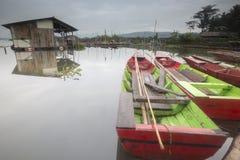 Barcos que estacionam em Rawa que encerra o lago, Indonésia fotografia de stock royalty free