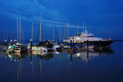 Barcos que estacionam na noite imagens de stock