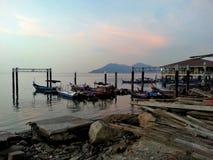 Barcos que estacionam pela costa Fotografia de Stock