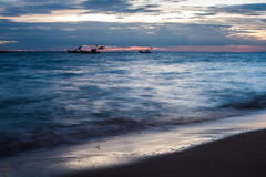 Barcos que flotan en el mar con el cielo de la tarde Fotografía de archivo libre de regalías