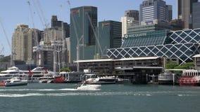 Barcos que llegan y que salen del puerto querido en Sydney metrajes