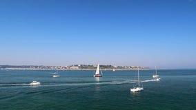 Barcos que navegam em Saint Malo filme
