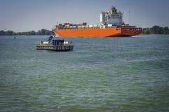 Barcos que navegam no St Lawrence River fotografia de stock