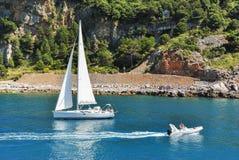 Barcos que navegan cerca de la costa costa imagen de archivo libre de regalías