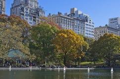 Barcos que navegan en el Central Park, Nueva York imagenes de archivo