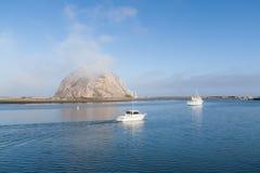 Barcos que navegan en la bahía de Morro imágenes de archivo libres de regalías