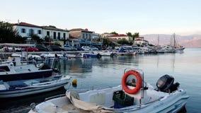 Barcos que oscilan en la agua de mar apacible, puerto en la oscuridad, Grecia de Galaxidi almacen de video