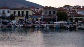 Barcos que oscilan en la agua de mar apacible, puerto en la oscuridad, Grecia de Galaxidi almacen de metraje de vídeo