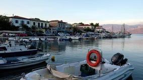 Barcos que oscilan en la agua de mar apacible, puerto en la oscuridad, Grecia de Galaxidi metrajes