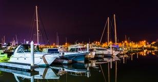 Barcos que refletem na água na noite, em um porto em Kent Island Imagem de Stock