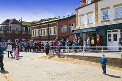 Barcos que vuelven a Whitby Harbour Imágenes de archivo libres de regalías