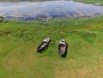Barcos rústicos cerca del lago, Letonia en verano Fotos de archivo
