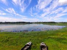Barcos rústicos cerca del lago, Letonia en verano Fotografía de archivo libre de regalías