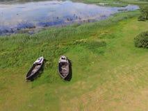 Barcos rústicos cerca del lago, Letonia en verano Imagen de archivo