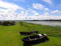 Barcos rústicos cerca del lago, Letonia en verano Fotografía de archivo