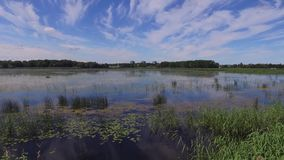 Barcos rústicos cerca del lago, Letonia en verano almacen de video
