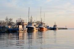 Barcos rastreadores de la pesca en la puesta del sol fotos de archivo libres de regalías