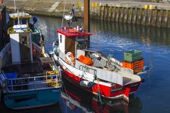 Barcos rastreadores en el pequeño puerto en el pueblo de la península de Ards de Portavogie en condado abajo, Irlanda del Norte Foto de archivo