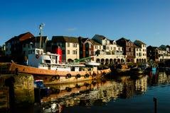 Barcos rastreadores en puerto Fotos de archivo