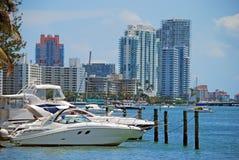 Barcos recreacionais e condomínios luxuosos imagens de stock