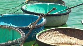 Barcos redondos com as pás para flutuar e pescar no fim da água do mar acima Barcos vietnamianos tradicionais para pescar e filme
