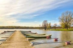 Barcos a remos amarrados a um cais de madeira Fotos de Stock Royalty Free