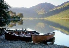 Barcos a remos de Buttermere, distrito do lago Fotografia de Stock