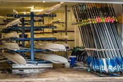 Barcos a remos e pás para enfileirar armazenado em um armazém imagem de stock royalty free