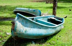 Barcos a remos estacionados Imagem de Stock