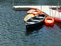 Barcos a remos na doca no lago Fotos de Stock