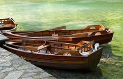 Barcos a remos no lago verde. Fotos de Stock
