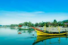 Barcos retros da imagem do efeito amarrados na praia de Kao do golpe imagem de stock