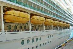 Barcos salva-vidas em um navio de cruzeiros Fotos de Stock Royalty Free