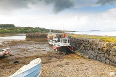 Barcos secos na maré baixa na ilha de Skye Imagem de Stock Royalty Free