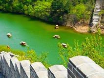 Barcos Sightseeing do Grande Muralha de Huanghuacheng fotografia de stock royalty free