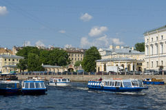 Barcos Sightseeing no canal St Petersburg Imagem de Stock