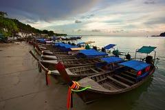 Barcos tailandeses cerca de la playa Imagen de archivo