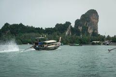 Barcos tailandeses de la cola larga en el mar con el fondo de la montaña y del bosque Imagenes de archivo