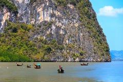 Barcos tailandeses em consoles Ko Tapu de James Bond Fotos de Stock