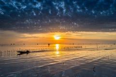 barcos tailandeses en el mar de la puesta del sol Imagen de archivo