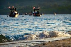 Barcos tailandeses perto da praia Fotografia de Stock Royalty Free