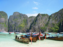 Barcos tailandeses tradicionais de Longtail em Maya Bay, o filme da praia Imagem de Stock