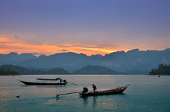 Barcos tailandeses tradicionales de la cola larga en la puesta del sol Foto de archivo libre de regalías