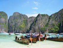 Barcos tailandeses tradicionales de Longtail en Maya Bay, la película de la playa Imagen de archivo