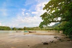 Barcos tailandeses tradicionales durante la marea en laguna Imagenes de archivo