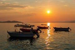 Barcos tailandeses tradicionales en la playa de la puesta del sol Fotografía de archivo libre de regalías