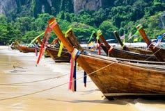 Barcos tailandeses tradicionales en la playa del provi de Krabi Fotos de archivo
