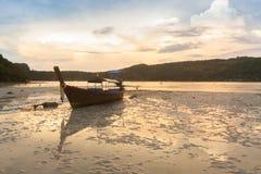 Barcos tailandeses tradicionales en la playa tailandia imagenes de archivo