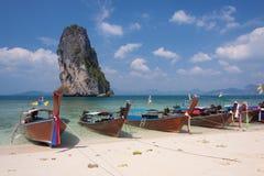 Barcos tailandeses tradicionales en la playa tailandia imagen de archivo libre de regalías