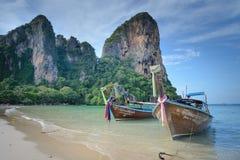 Barcos tradicionais de Longtail amarrados pela praia de Railay, Krabi imagens de stock royalty free